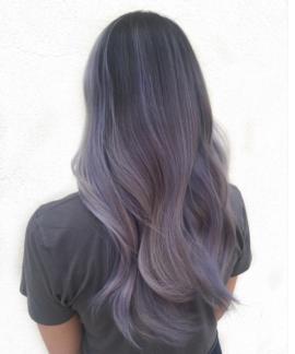 """Smoky Lilac: ukoliko volite ombre look u """"vještačkim"""" nijansama, onda je ovo pravi izbor za vas. Zadimljena lila boja koja se prelijeva od duboke sivoo-ljubičaste do blijede zamagljene boje lavande. Samo za hrabre!"""
