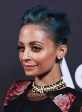 Denim Blue: tamna zelenkasto plava savršeno će pristajati hrabrim damama kratke kose koje se ne boje eksperimentisati sa bojama.