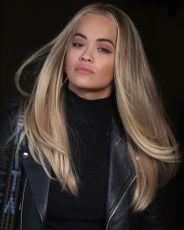 Multifaceted Platinum: ovom fascinantom tehnikom bojenja kose postiže se efekat presijavanja, takav da kosa iz svakog ugla djeluje kao da je druge nijanse, gotovo kao opal. Za plavuše koje žele promjenu, ovakvi sjajni prelijevi na kosi, najglamuroznije su osvježenje za kosu!