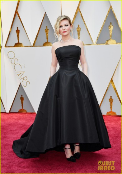 kirsten-dunst-goes-classic-in-black-for-oscars-2017-03