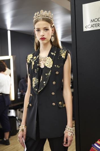dolce-and-gabbana-summer-2018-women-fashion-show-backstage-02