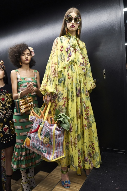 dolce-and-gabbana-summer-2018-women-fashion-show-backstage-25