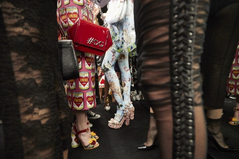 dolce-and-gabbana-summer-2018-women-fashion-show-backstage-37