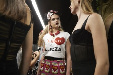 dolce-and-gabbana-summer-2018-women-fashion-show-backstage-39