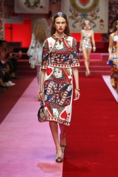 dolce-and-gabbana-summer-2018-women-fashion-show-runway-18