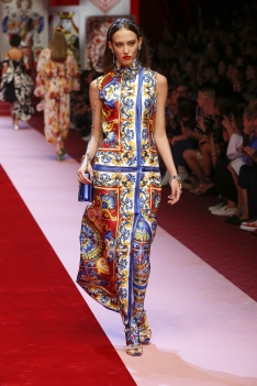 dolce-and-gabbana-summer-2018-women-fashion-show-runway-19