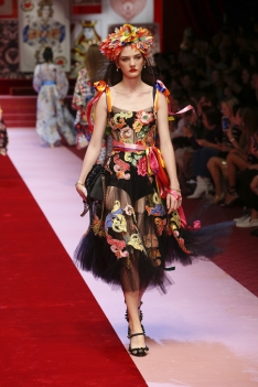 dolce-and-gabbana-summer-2018-women-fashion-show-runway-46