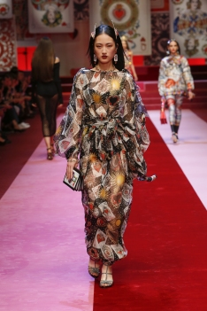 dolce-and-gabbana-summer-2018-women-fashion-show-runway-57