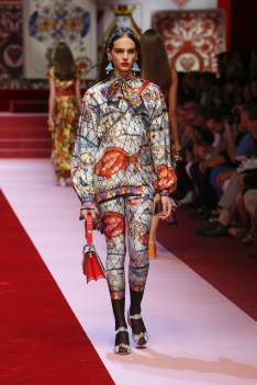 dolce-and-gabbana-summer-2018-women-fashion-show-runway-58