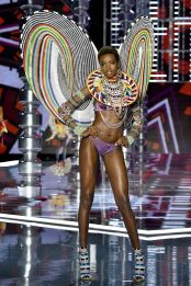 hbz-victoria-secret-fashion-show-2017-gettyimages-876613042-1511183990