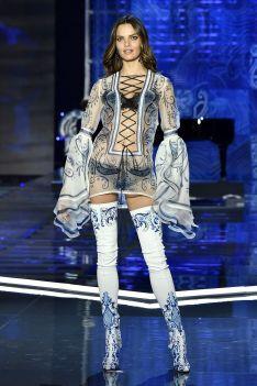 hbz-victoria-secret-fashion-show-2017-gettyimages-876613436-1511182582