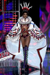 hbz-victoria-secret-fashion-show-2017-gettyimages-876614182-1511181800