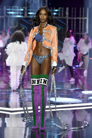 hbz-victoria-secret-fashion-show-2017-gettyimages-876618844-1511183992